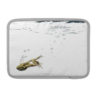 la rana que salta y que se zambulle en el agua fundas macbook air