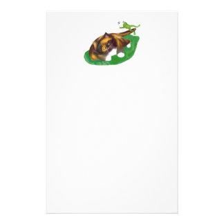 La rana salta sobre la cola del gatito del calicó  papeleria