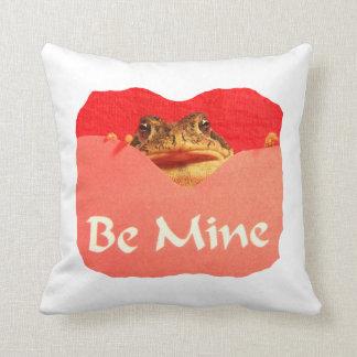 La rana sea tarjeta del día de San Valentín del re Almohadas