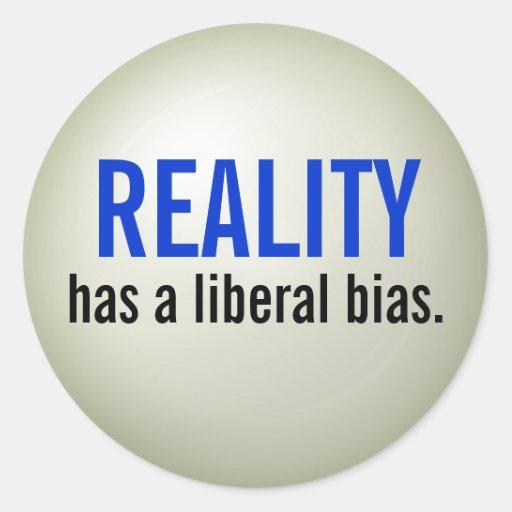 La realidad tiene un prejuicio liberal. - pegatina redonda