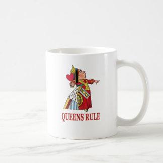 """La reina de corazones dice """"regla del Queens """" Taza"""