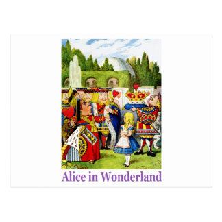 La reina de corazones encuentra a Alicia en el Tarjeta Postal