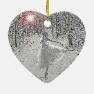 La reina de la nieve adorno navideño de cerámica en forma de corazón