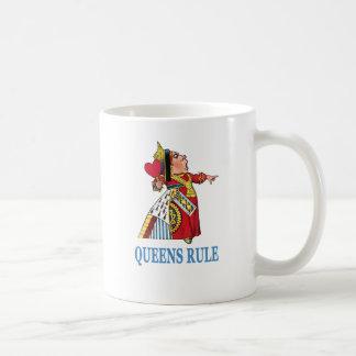 """¡La reina del corazón declara, """"regla del Queens! Taza Clásica"""