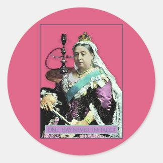 La reina y la cachimba pegatina redonda