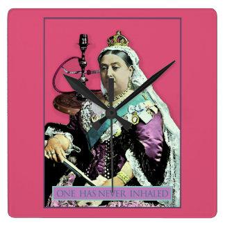 La reina y la cachimba reloj cuadrado