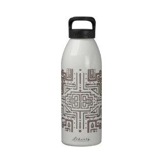 La rejilla pasada botellas de agua reutilizables