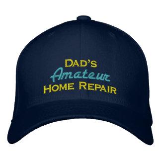 La reparación casera aficionada del papá gorra de béisbol