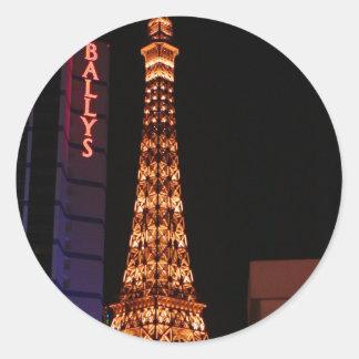La reproducción de la torre Eiffel en París Las Etiquetas Redondas