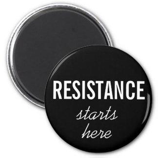 La resistencia comienza aquí, el texto blanco en imán redondo 5 cm