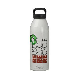 La reutilización reduce recicla la botella de agua