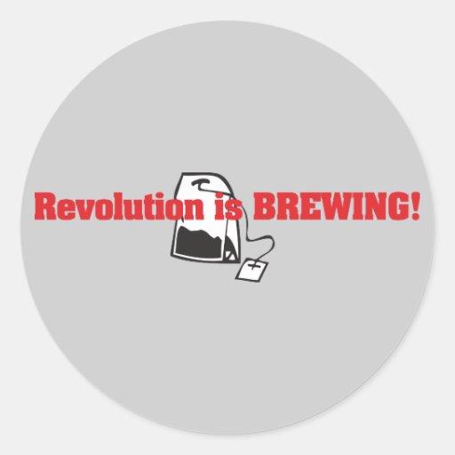 La revolución está elaborando cerveza etiqueta redonda