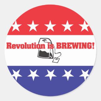La revolución está elaborando cerveza pegatina redonda