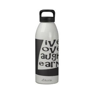 La risa viva del amor aprende botellas de agua reutilizables