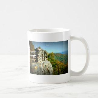 La roca de los toneleros pasa por alto en caída. taza de café