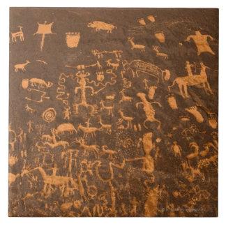 La roca del periódico es un panel del petroglifo g azulejo cuadrado grande