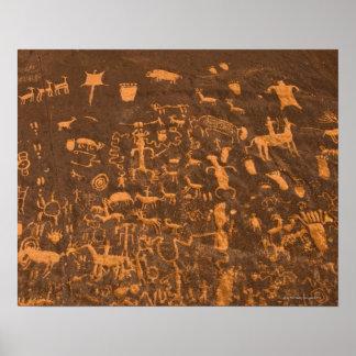 La roca del periódico es un panel del petroglifo g póster