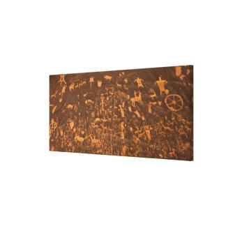 La roca del periódico es un panel del petroglifo impresión en lienzo estirada
