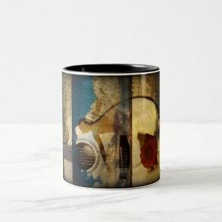 La ropa de la alabanza (taza de la guitarra) taza de café de dos colores