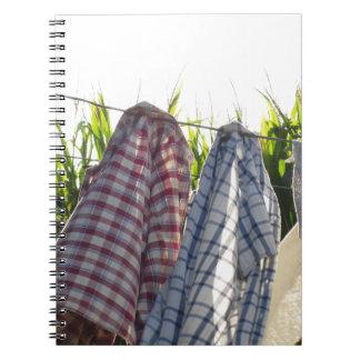 La ropa está colgando en cuerda para tender la notebook