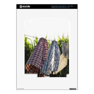 La ropa está colgando en cuerda para tender la pegatina skin para iPad 3