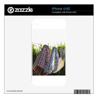 La ropa está colgando en cuerda para tender la skins para iPhone 4S