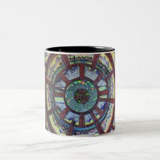La rueda de la línea del regalo del tiempo taza de dos tonos