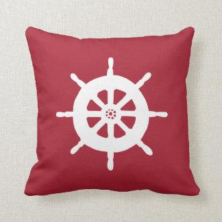 La rueda de tiro de la nave roja náutica de la almohadas