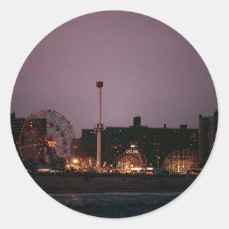 La rueda y el ciclón de la maravilla en la noche pegatina redonda