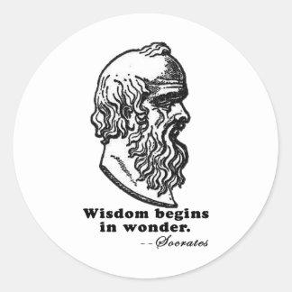 La sabiduría comienza en camiseta de la cita de etiquetas redondas