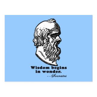 La sabiduría comienza en camiseta de la cita de tarjetas postales