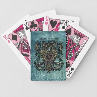 La sabiduría es el ejemplo dominante del búho con  barajas de cartas