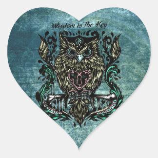 La sabiduría es el ejemplo dominante del búho con pegatina en forma de corazón