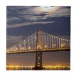 La salida de la luna esta noche sobre el puente de azulejo cerámica