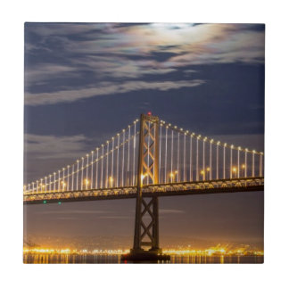 La salida de la luna esta noche sobre el puente de azulejo cuadrado pequeño