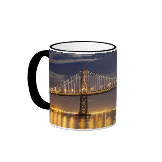 La salida de la luna esta noche sobre el puente de taza de café