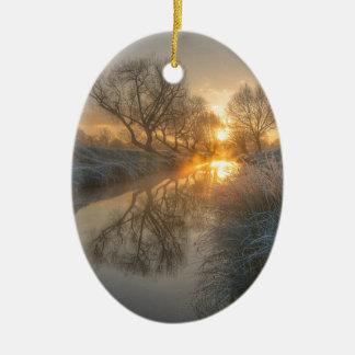 La salida del sol consume la niebla de la adorno ovalado de cerámica