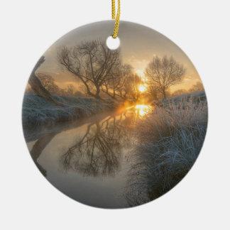 La salida del sol consume la niebla de la adorno redondo de cerámica