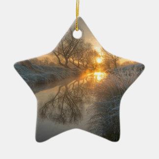 La salida del sol consume la niebla de la adorno de cerámica en forma de estrella