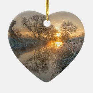 La salida del sol consume la niebla de la adorno de cerámica en forma de corazón