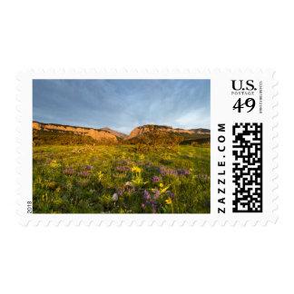 La salida del sol enciende el barranco de sellos postales