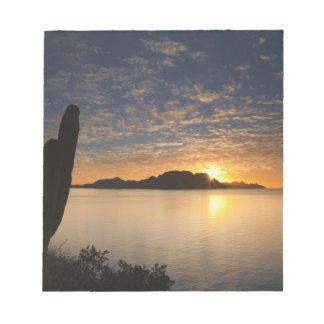 La salida del sol sobre Isla Danzante en el golfo  Blocs De Notas