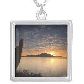 La salida del sol sobre Isla Danzante en el golfo Colgante Cuadrado
