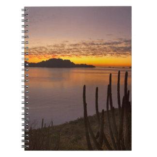 La salida del sol sobre Isla Danzante en el golfo  Cuadernos