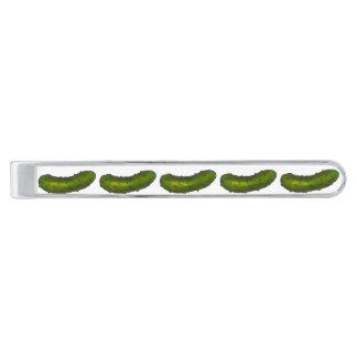 La salmuera de eneldo verde conserva en vinagre la alfiler de corbata plateado