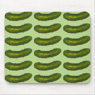 La salmuera de eneldo verde crujiente conserva en tapete de ratón