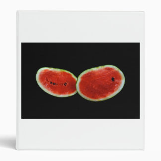la sandía parte en dos la fruta de la foto contra