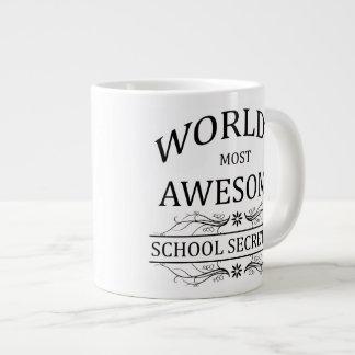 La secretaria más impresionante de la escuela del  taza de café grande