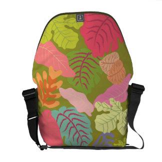 La selva tropical sale de la bolsa de mensajero de bolsas de mensajeria