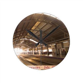 La señal ajardina el ferrocarril IMPRESIONANTE del Reloj Redondo Mediano